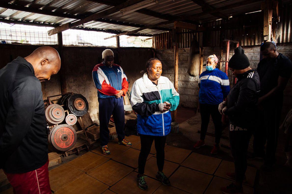Ken Ochieng et ses voisins prient avant une séance de sport. « Tous les matins, du lundi au ...