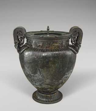 Ce vase, le plus grand cratère en bronze du monde, a été retrouvé dans la chambre ...