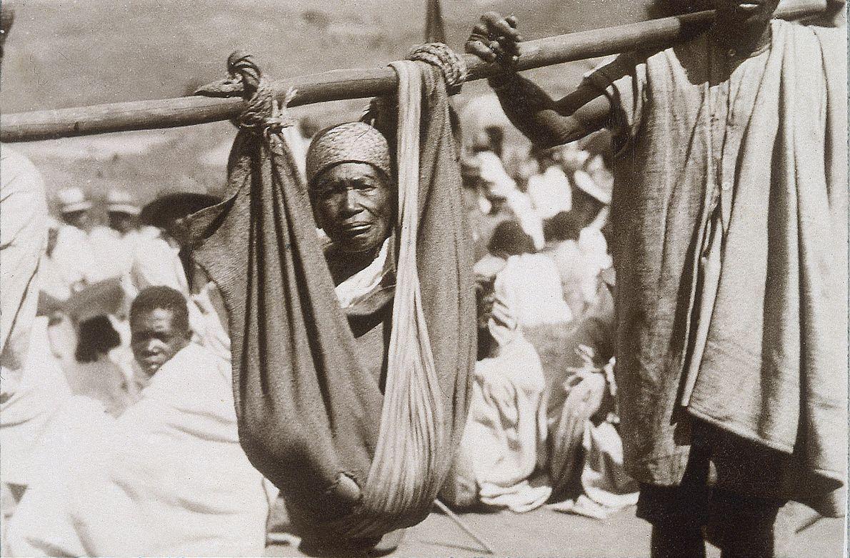 Transport d'un malade pour la vaccination anti-pesteuse à Madagascar en 1936.
