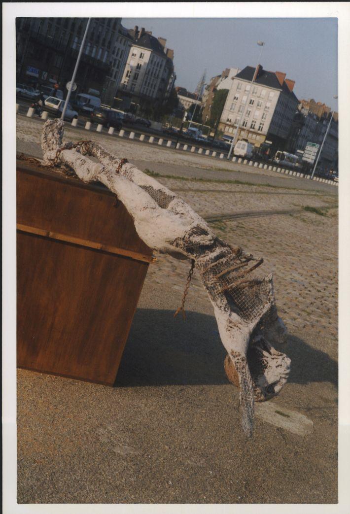 Suite à la vandalisassions de la statue de l'artiste Lisa Marcault-Derouard, qui montre d'un esclave brisant ...