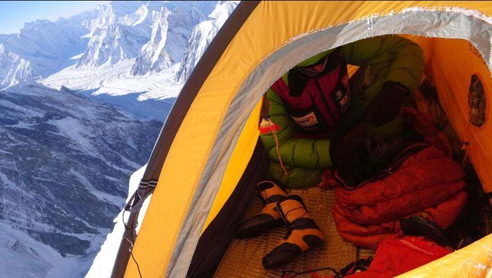 À l'intérieur d'une tente dans le Camp 3, Bielecki se prépare à une autre journée d'ascension ...
