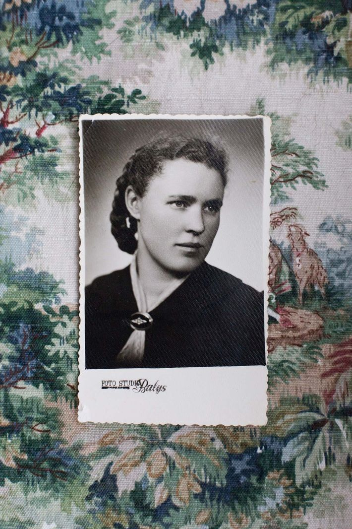Née en 1934, Elfriede Müller devint réfugiée alors qu'elle n'avait que 11 ans. Cette photographie a ...