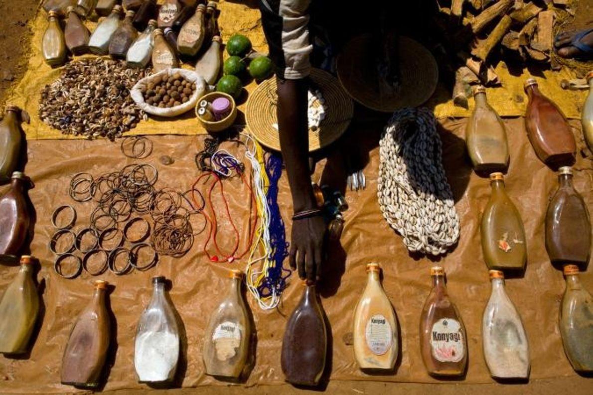 Des potions et remèdes sont vendus sur le marché de Mgusu. En Tanzanie, ou le revenu ...