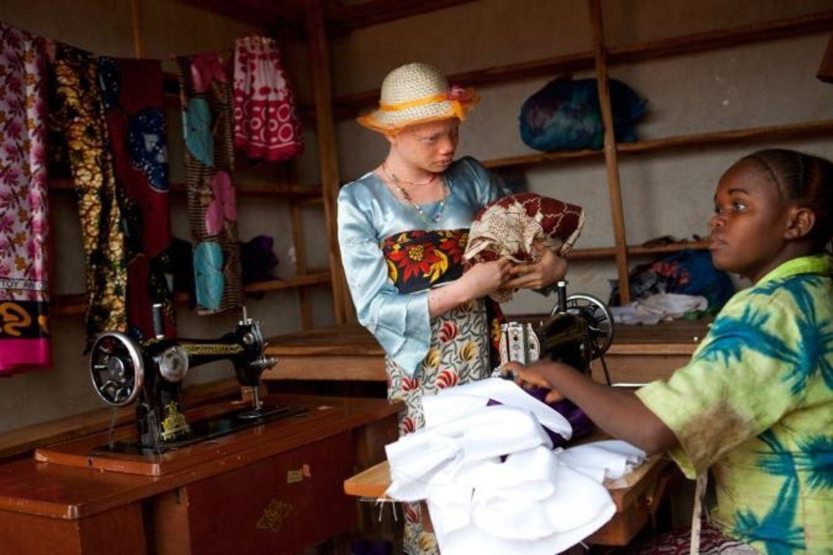 Angel Salvatory, qui souffre d'un cancer de la peau, achète des habits sur le marché du ...