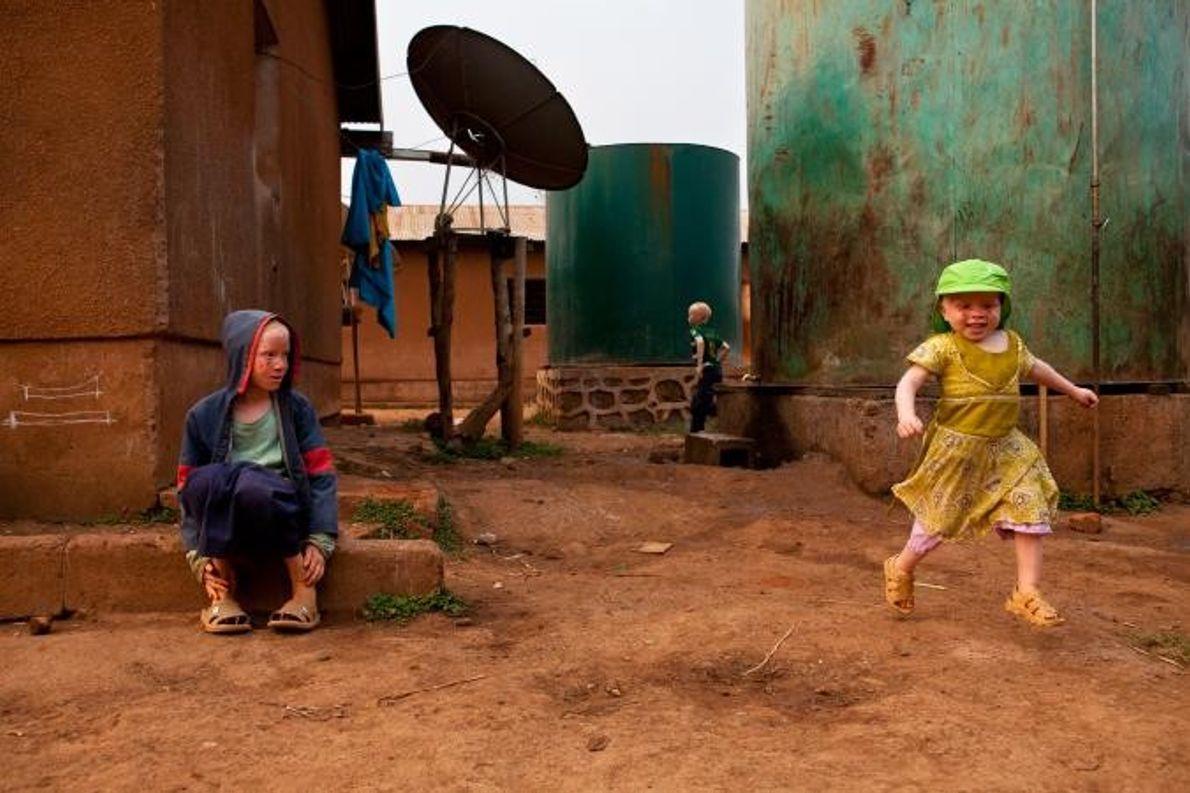 Ferista Daudi (à droite) court joyeusement dans le centre Kabanga Protectorate. La petite fille de deux ...