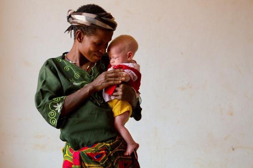 Jessica se repose dans les bras de sa mère, Helen, qui lui rend visite au centre ...