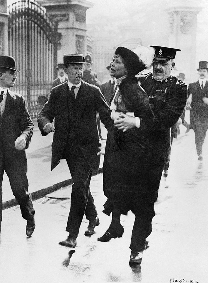 Emmeline Pankhurst, meneuse du mouvement des suffragettes, est arrêtée par le surintendant Rolfe devant le palais ...