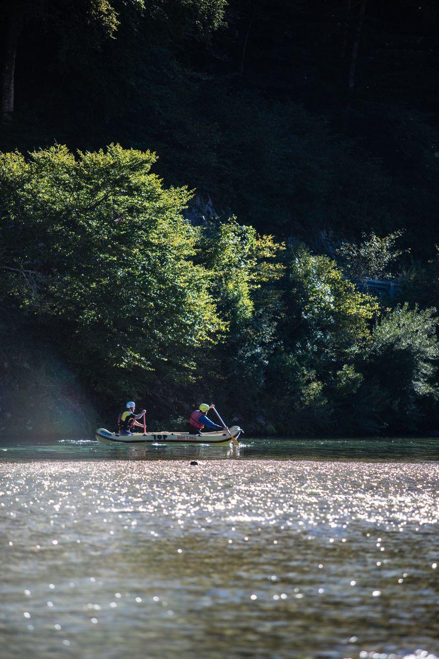 Des rafteurs descendent doucement la Soča, flottant sur l'une de ses sections les plus calmes.