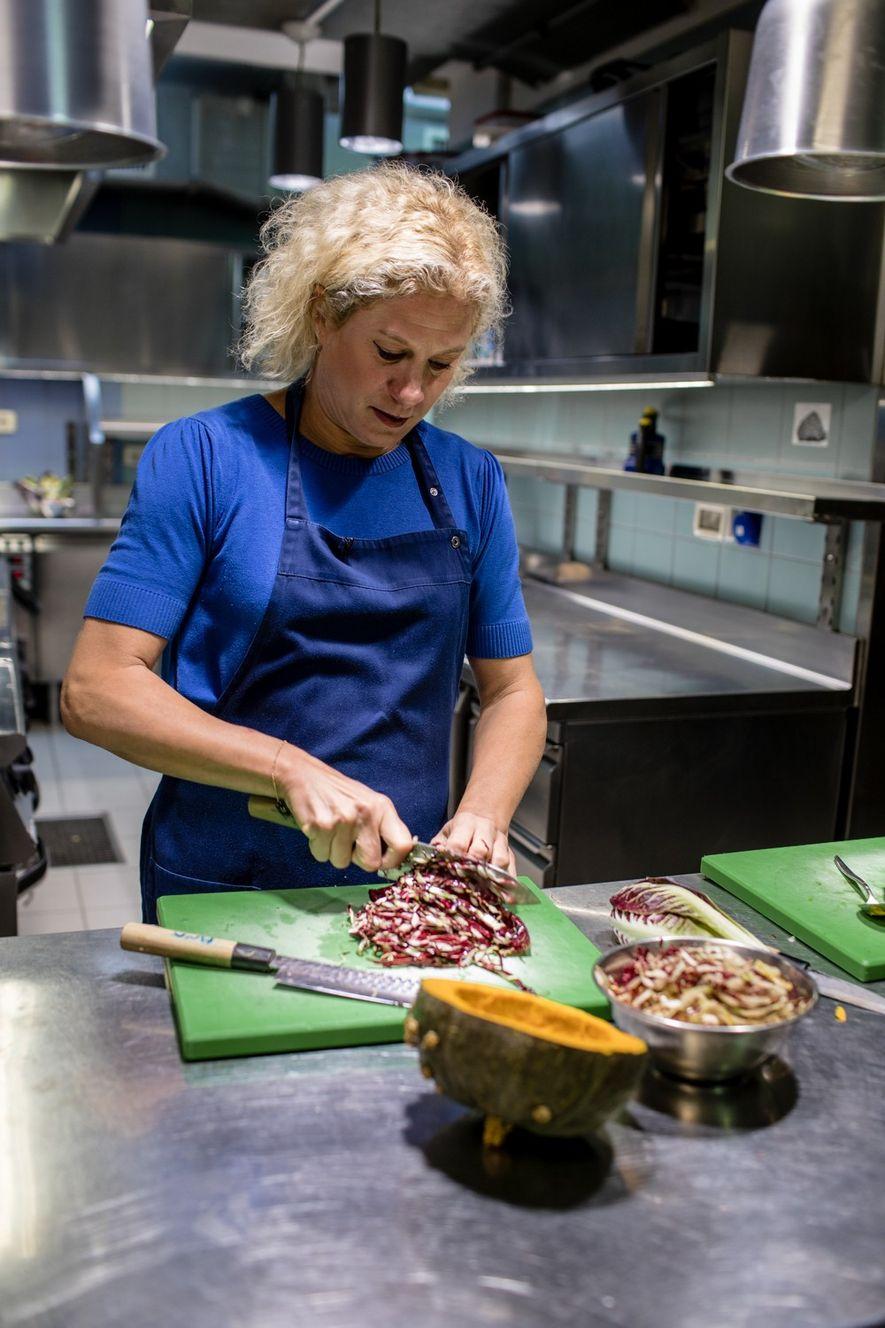 Ana Ros prépare un plat à base d'endives et de citrouilles, tout juste récoltées dans son ...