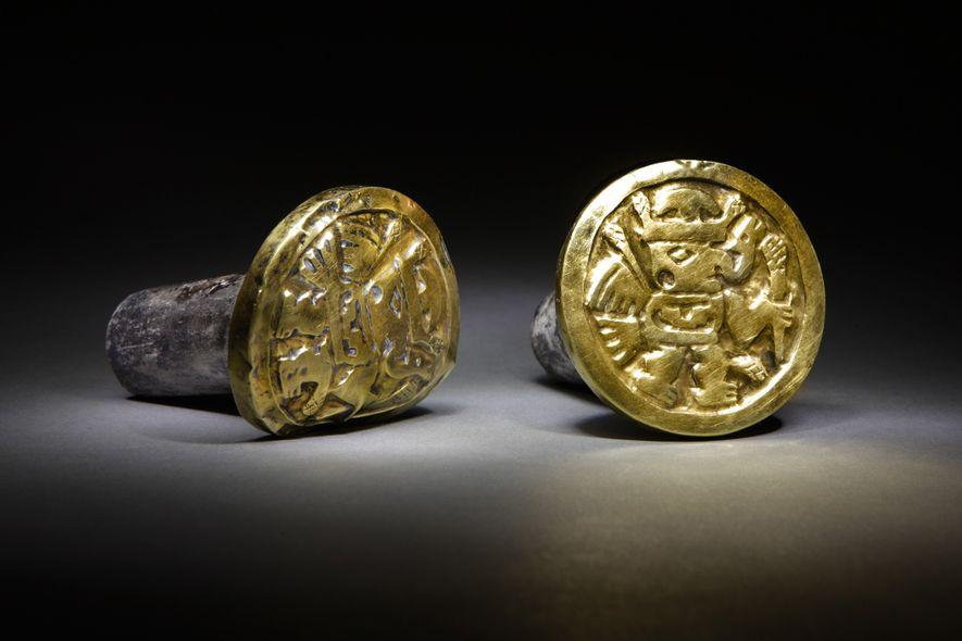 Le premier empire sud-américain Des représentations d'êtres ailés et surnaturels ornent cette lourde paire de boucles …