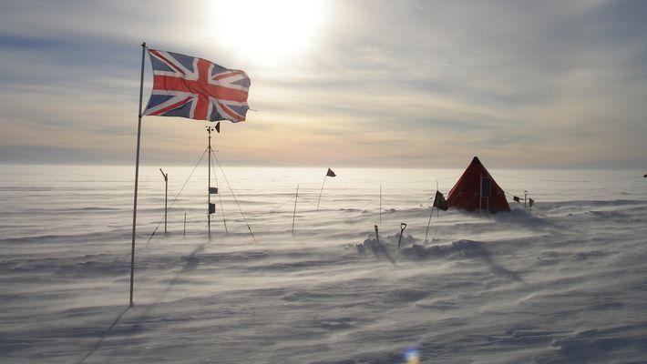 Le drapeau britannique dans un campement des chercheurs sur le Glacier de Thwaites.