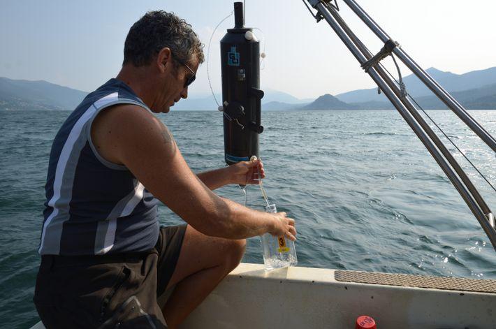 Des échantillons d'eau du lac Majeur, dans le nord de l'Italie, sont prélevés à différentes profondeurs ...