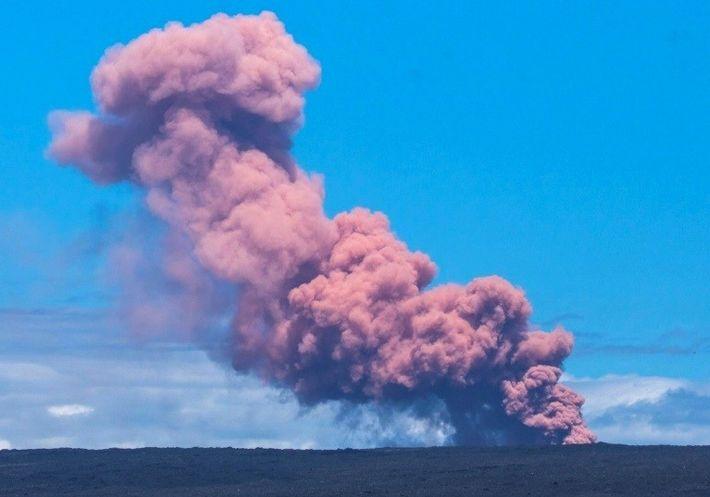 Un panache de fumée s'échappe du volcan Kilauea à Hawaï le 3 mai 2018, sur une ...