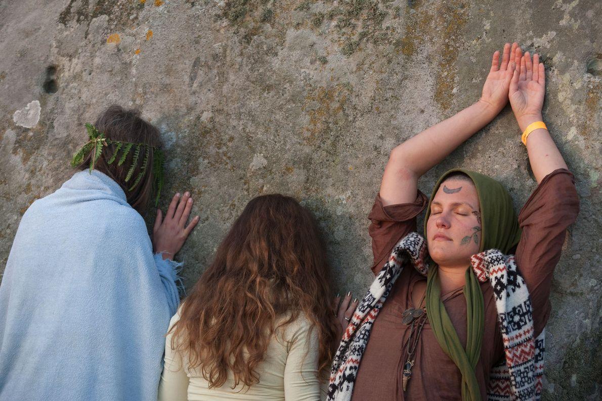 Ces trois femmes célèbrent le solstice d'été, le jour le plus long de l'année et 1er ...