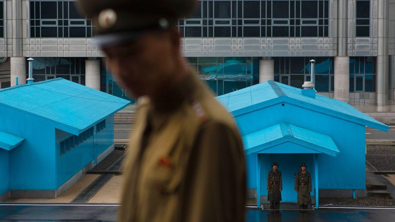 Des soldats nord-coréens montent la garde dans la zone démilitarisée qui sépare les deux Corée.