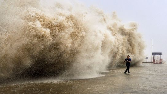 Le 23 septembre, un puissant typhon a frappé Hong Kong, tuant au moins 30 personnes, précipitant ...