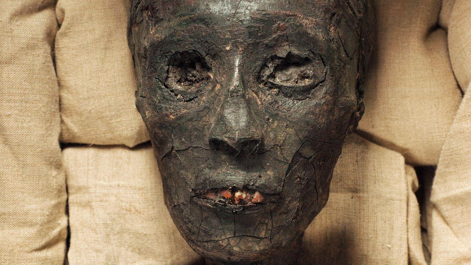 Une peau fissurée et des dégâts à la poitrine peuvent être observés sur la momie noircie ...