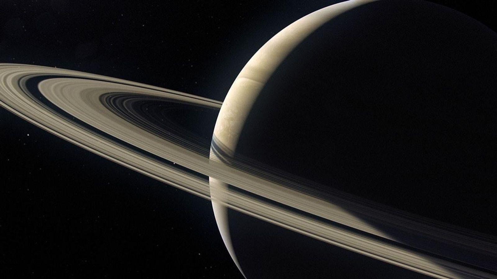 Les anneaux de Saturne sont constitués de particules de glace qui tournent d'autant plus vite qu'elles ...