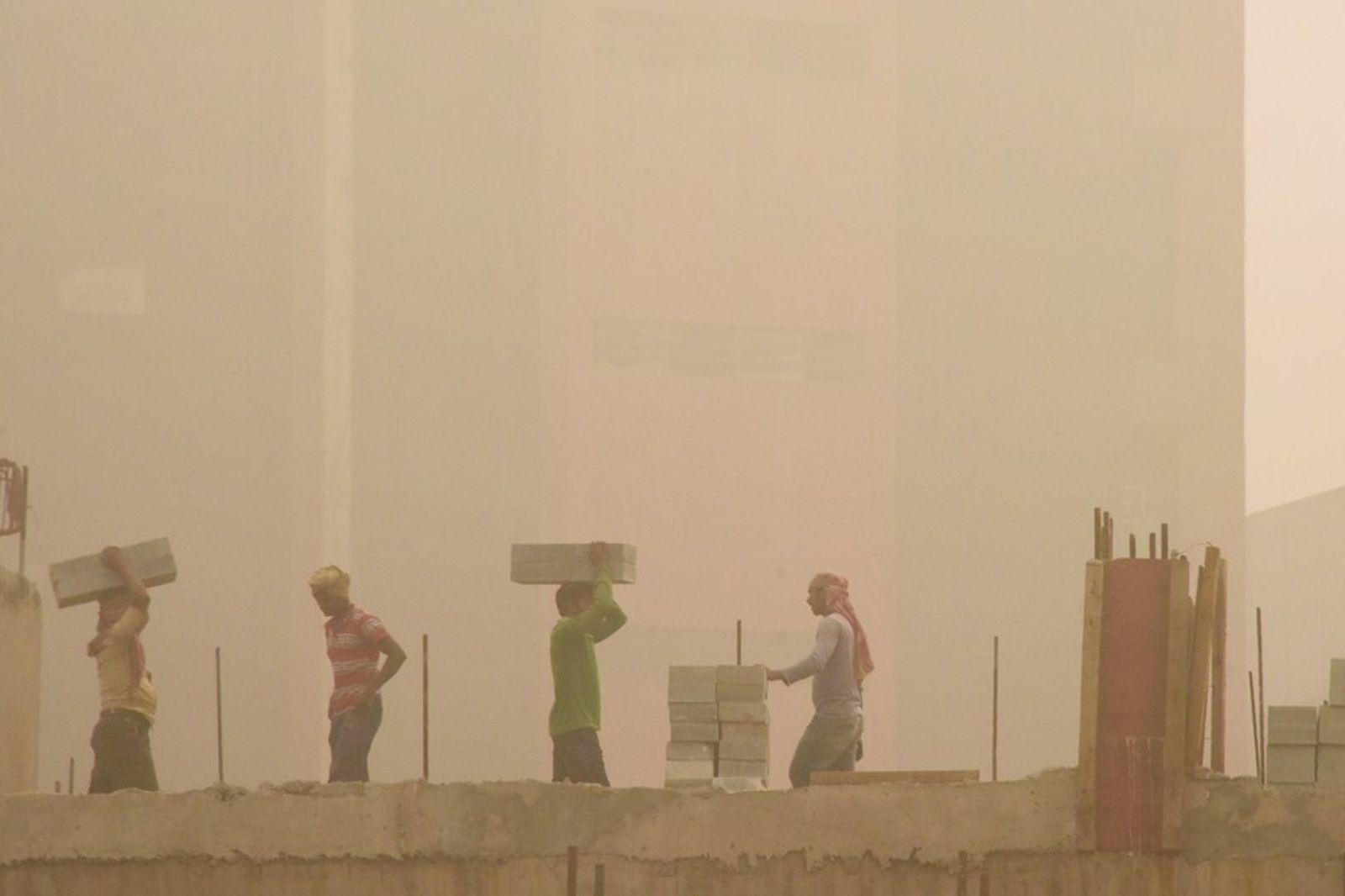 Des ouvriers travaillent malgré la pollution à New Delhi (Inde).