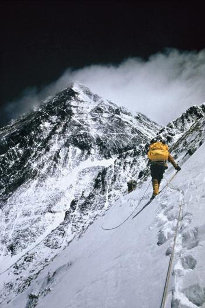Les grimpeurs traversent la pente vertigineuse du Lhotse à 7620 mètres d'altitude. Accompagné par Nawang Gombu ...