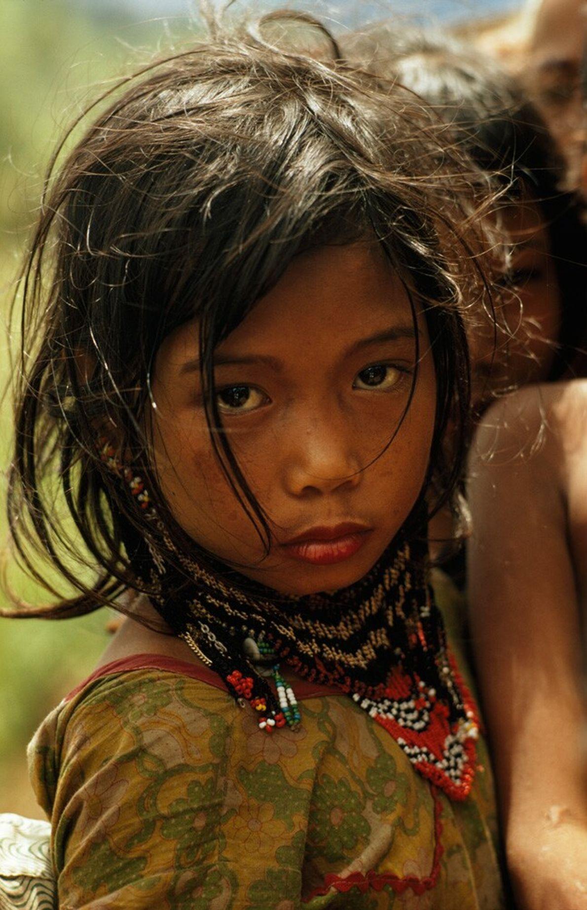 Philippines, 1971 : une jeune fille du peuple Ubo parée des bijoux traditionnels sur l'île de Mindanao. ...