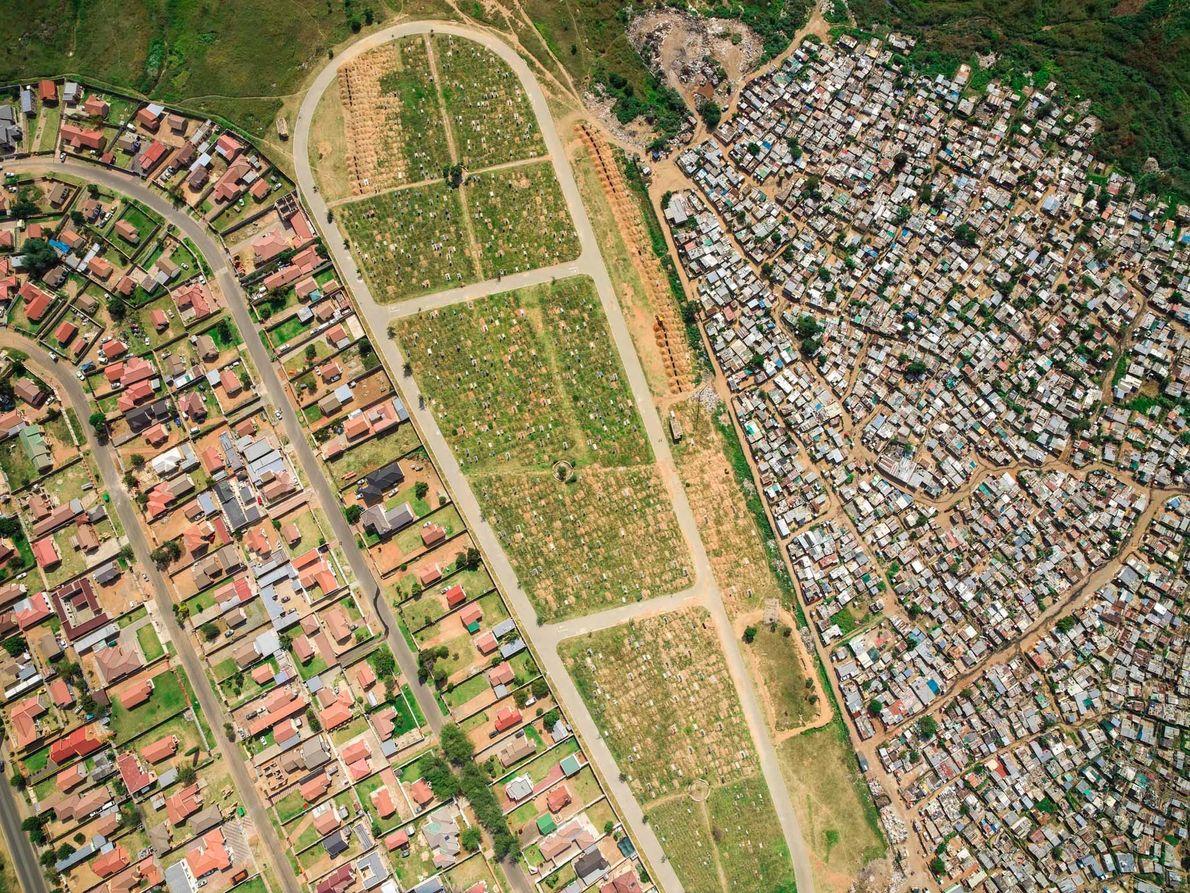 Le cimetière de Mooifontein sépare le bidonville de Vusimuzi du lotissement plus cossu de Tembisa. L'espérance ...