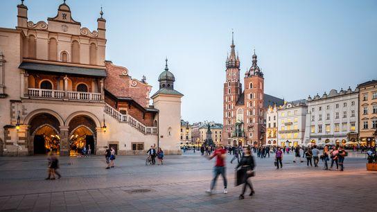 Le Sukiennice, littéralement halle aux draps, date du 14e siècle et abrite un marché où vous ...