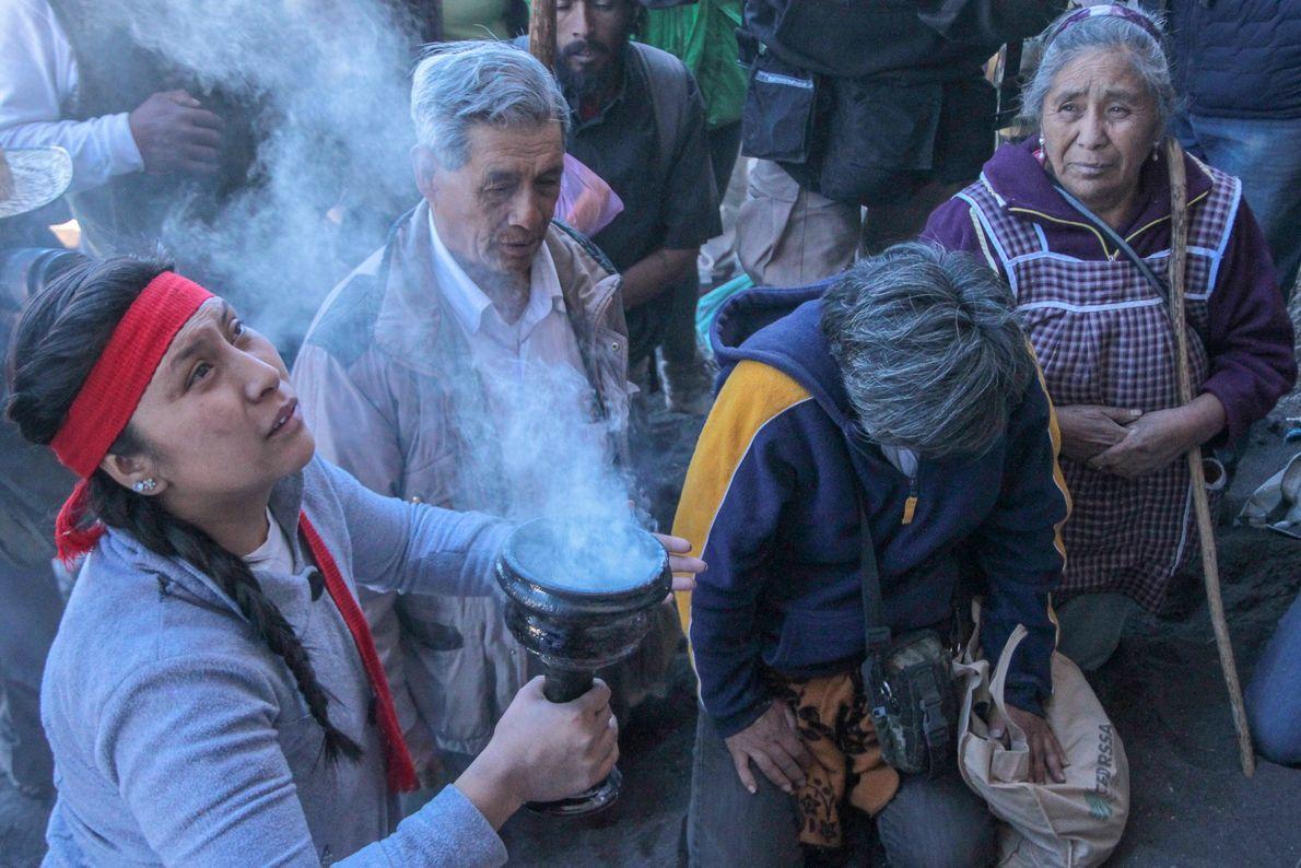 La cérémonie est marquée par les incantations des fidèles. Face au volcan la jeune prêtresse implore ...
