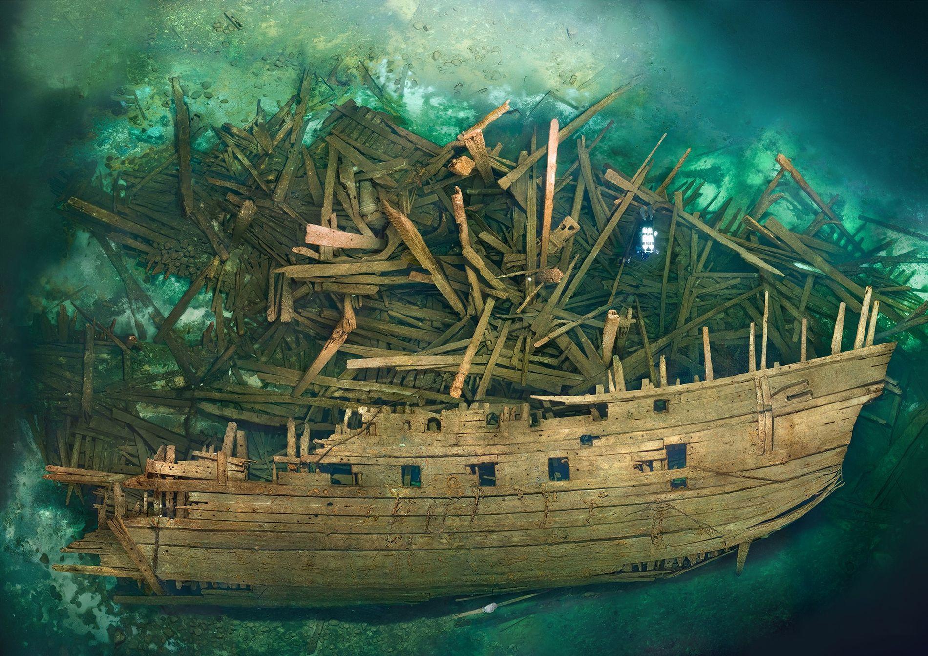 Le navire Mars se trouve dans les profondeurs de la mer Baltique, où il a coulé lors d'une bataille navale en 1564. En haut à droite, un plongeur donne une idée de l'échelle.