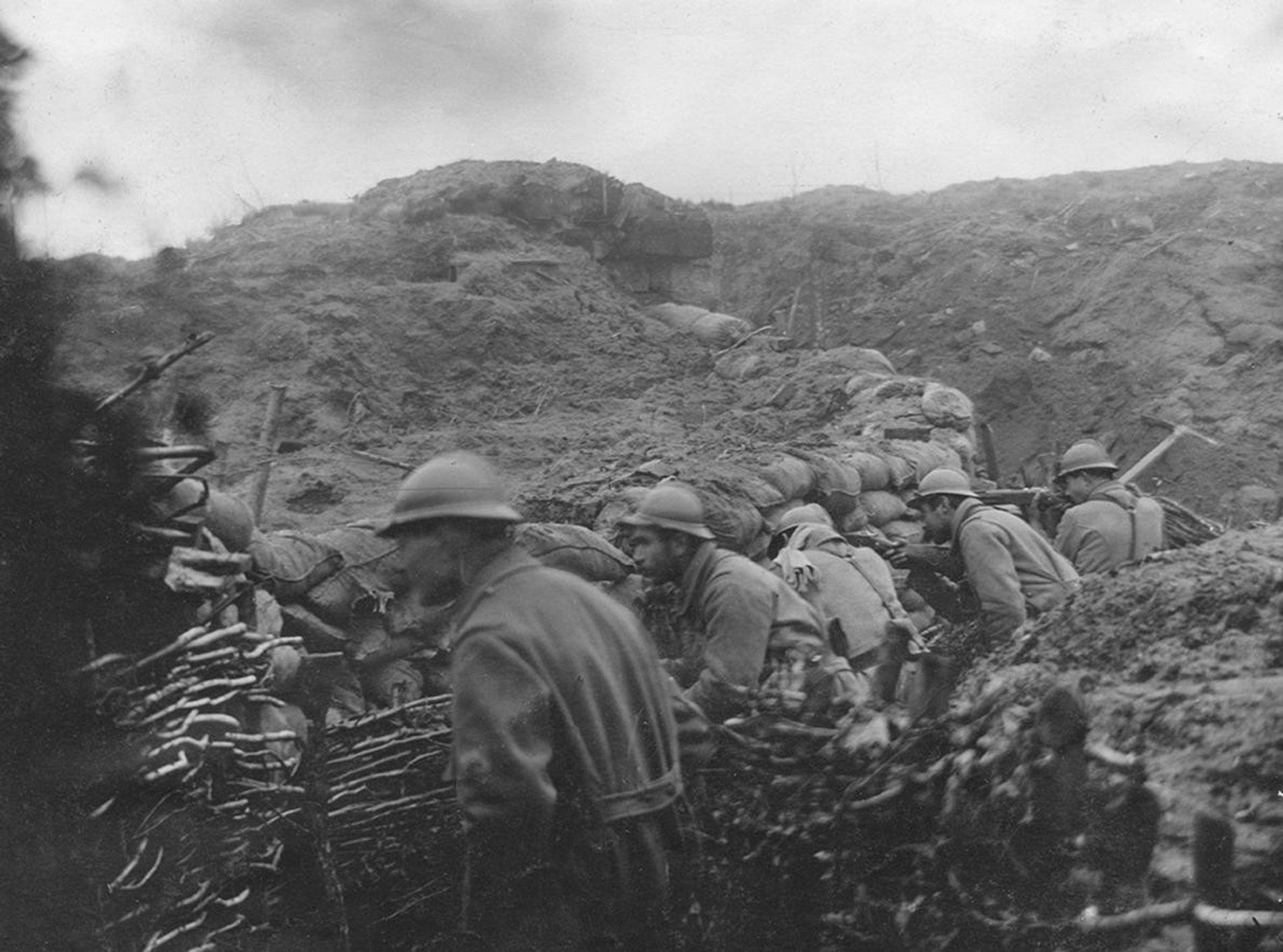 Le 92e régiment d'infanterie de l'armée française se bat dans les tranchées en 1916.