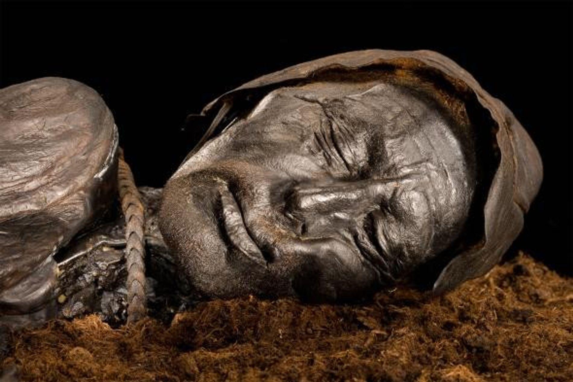 L'Homme de Tollund, pendu avec une corde en cuir et momifié dans une tourbe danoise, est conservé au musée Silkeborg au Danemark.