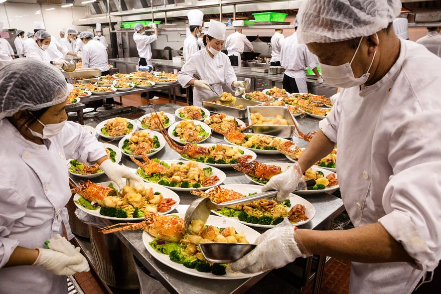 Dans une salle de réception à Shanghai, ces plats débordant de fruits de mer ne représentent ...