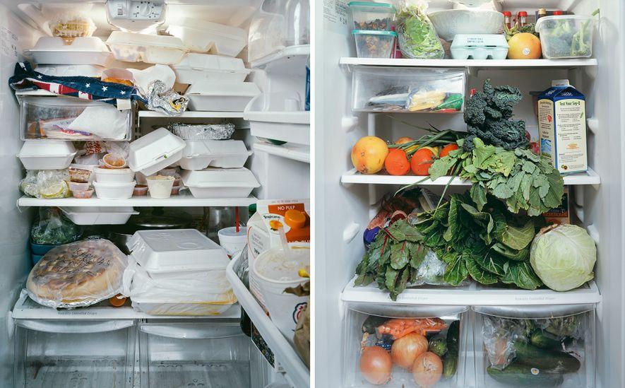Un réfrigérateur qui déborde de barquettes de restes à emporter (à gauche) rend difficile le suivi des aliments avant qu'ils ne deviennent impropres à la consommation. Utiliser des légumes locaux (à droite) alors qu'ils sont encore frais requiert une planification rigoureuse des repas et un stockage approprié.