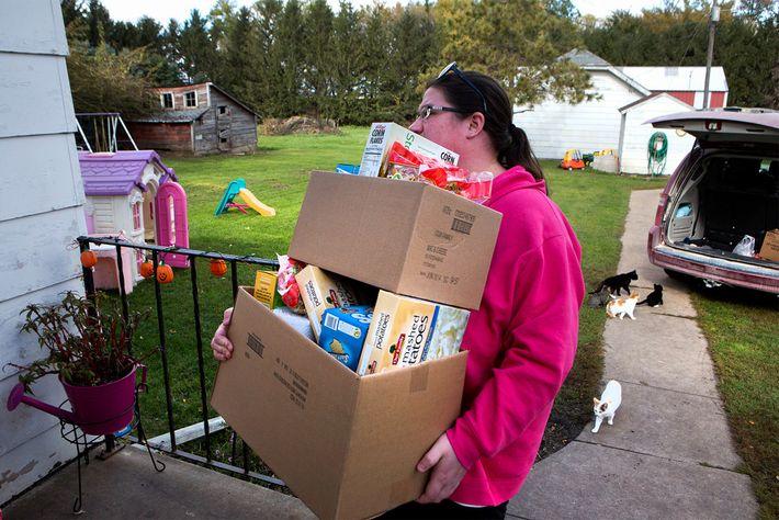 Christina Dreier ramène chez elle les provisions d'une association caritative du comté de Mitchell, situé dans ...