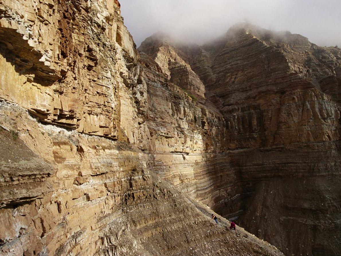 Des scientifiques qui étudient les extinctions du Permien escaladent la roche meuble du canyon de Butterloch ...