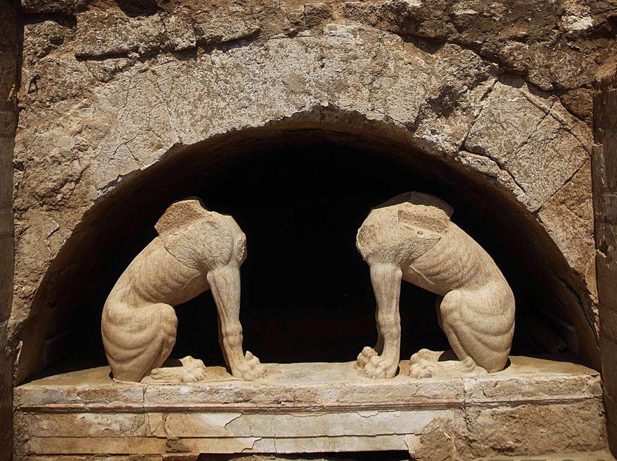 Deux sphinx gardent l'entrée du tombeau d'Amphipolis, assis sur un linteau de marbre.