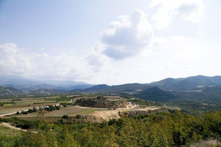 Le tombeau d'Amphipolis, présenté ici au sommet de la colline de Kasta, est la plus grande ...