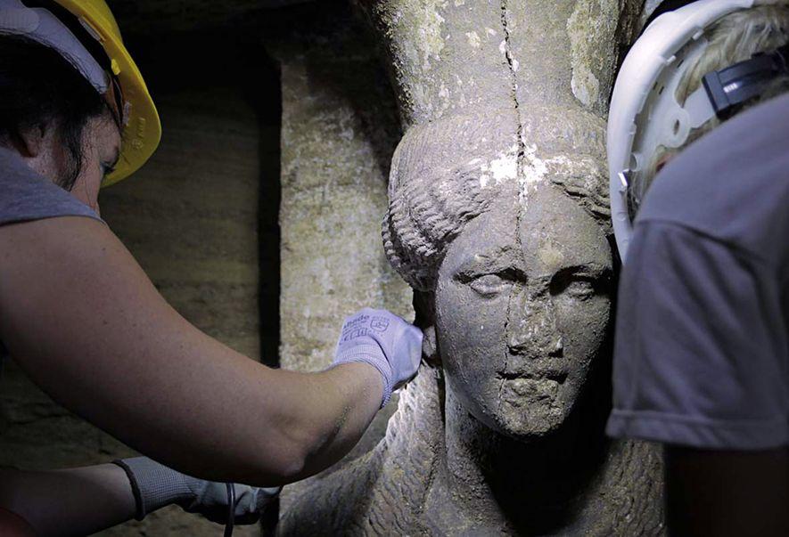 Des archéologues mettent au jour une figure féminine sculptée dans un mur qui mène à la ...