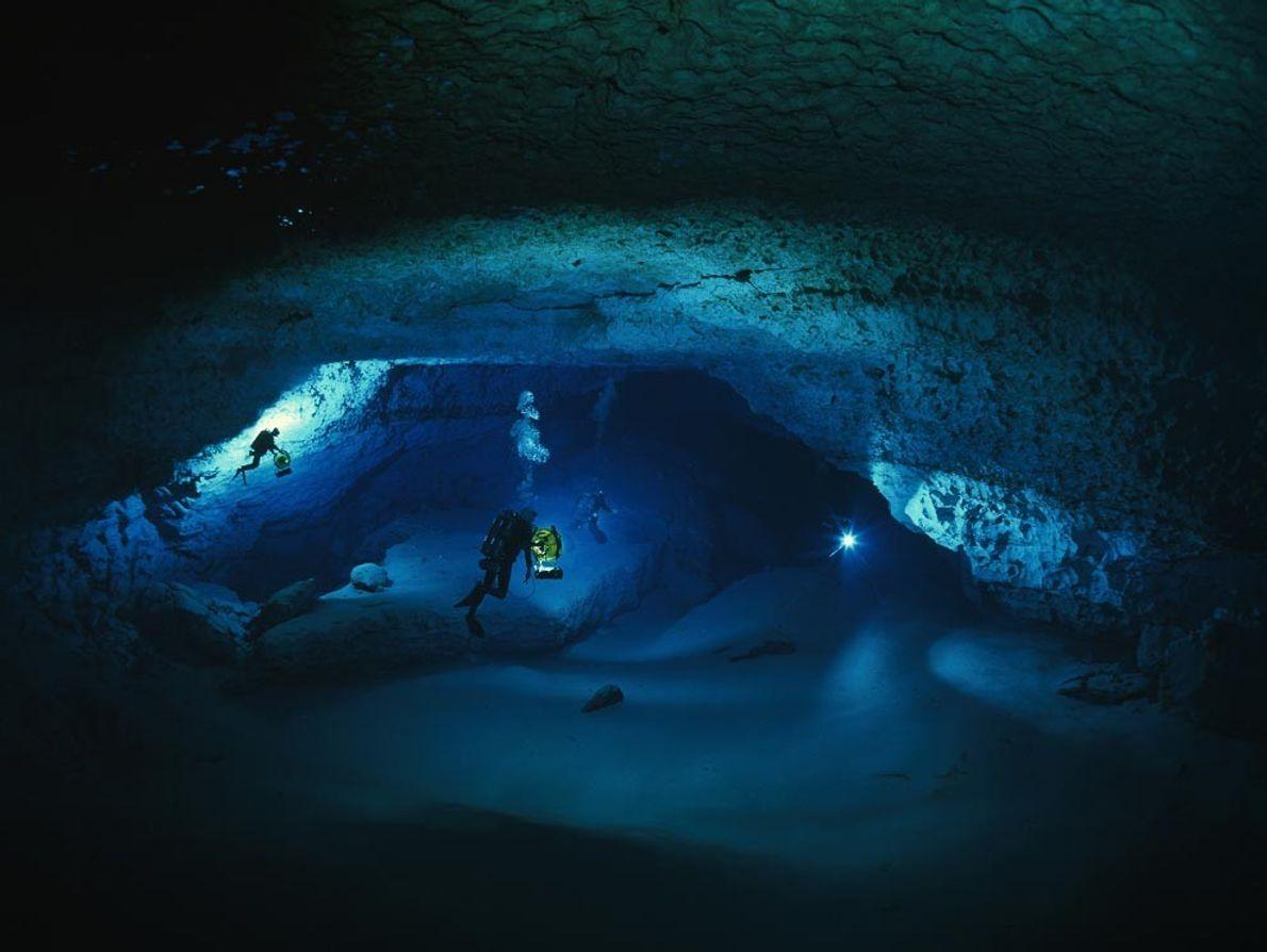 Des plongeurs-spéléologues explorent une chambre inondée de la grotte de Diepolder en Floride, à 76 m ...