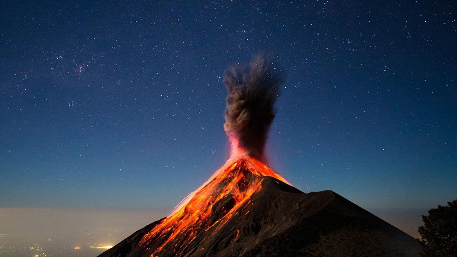 Afin d'avoir une meilleure vue du Fuego, un volcan très actif du Guatemala, le photographe de ...