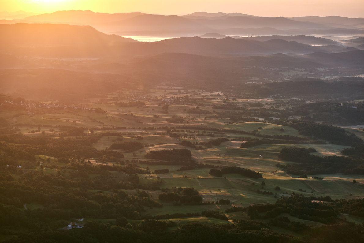 Les derniers rayons du soleil baignent la vallée de la Vipava dans une lueur chaude et ...