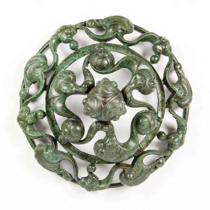 Disque en bronze de Roissy-en-France, composition abstraite et savante.