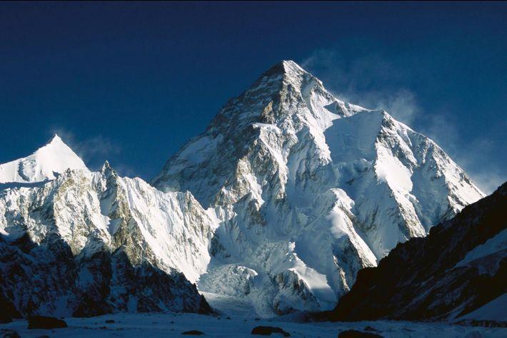 Le K2, le deuxième plus haut sommet du monde, chevauche la frontière pakistano-chinoise dans la chaîne ...