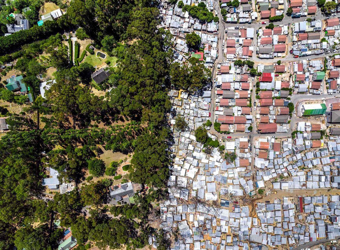 La banlieue d'Imizamo Yethu est nichée entre deux lotissements aisés dans la vallée de Hout Bay, ...
