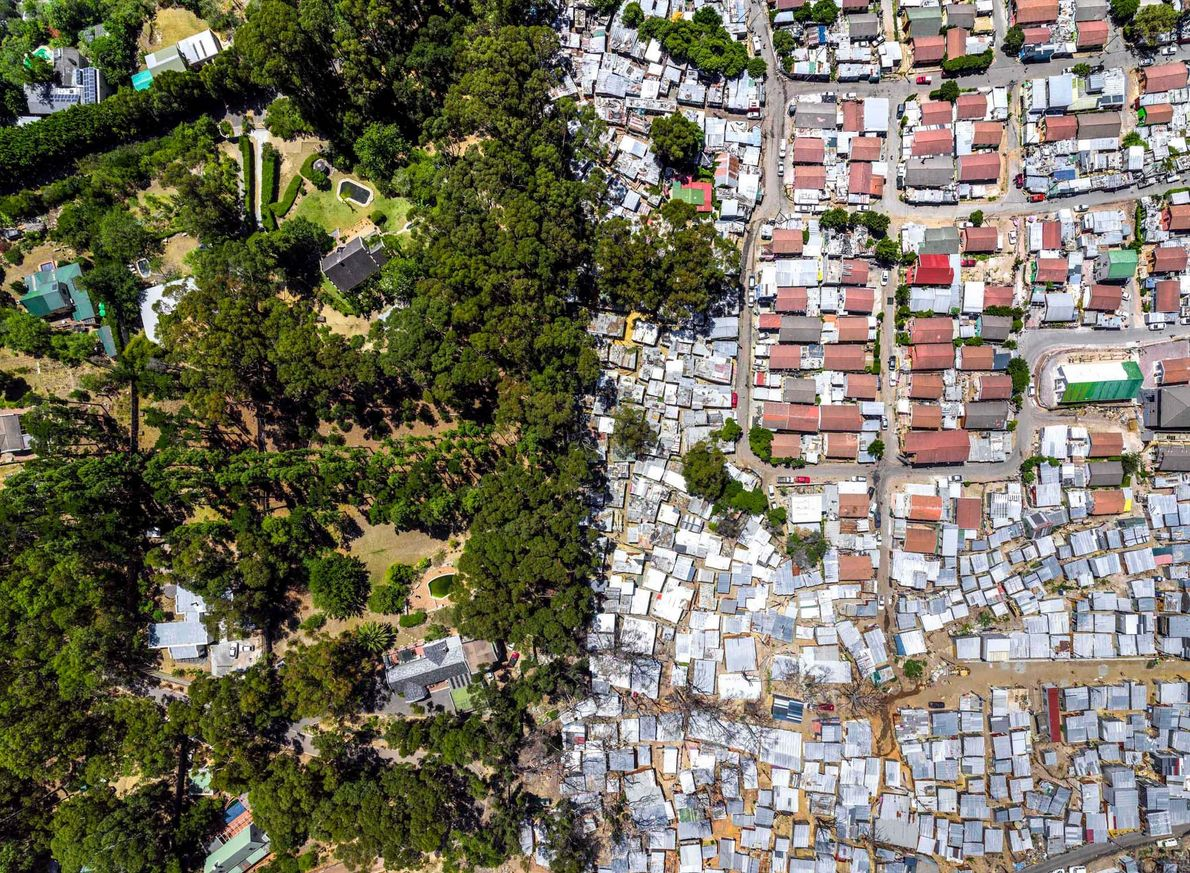 La banlieue d'Imizamo Yethu est nichée entre deux lotissements aisés dans la vallée de Hout Bay, …