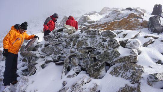 Vestiges militaires (abris en pierres sèches) du début du XXe siècle, Dammastock (Alpes suisses, 3500 m ...