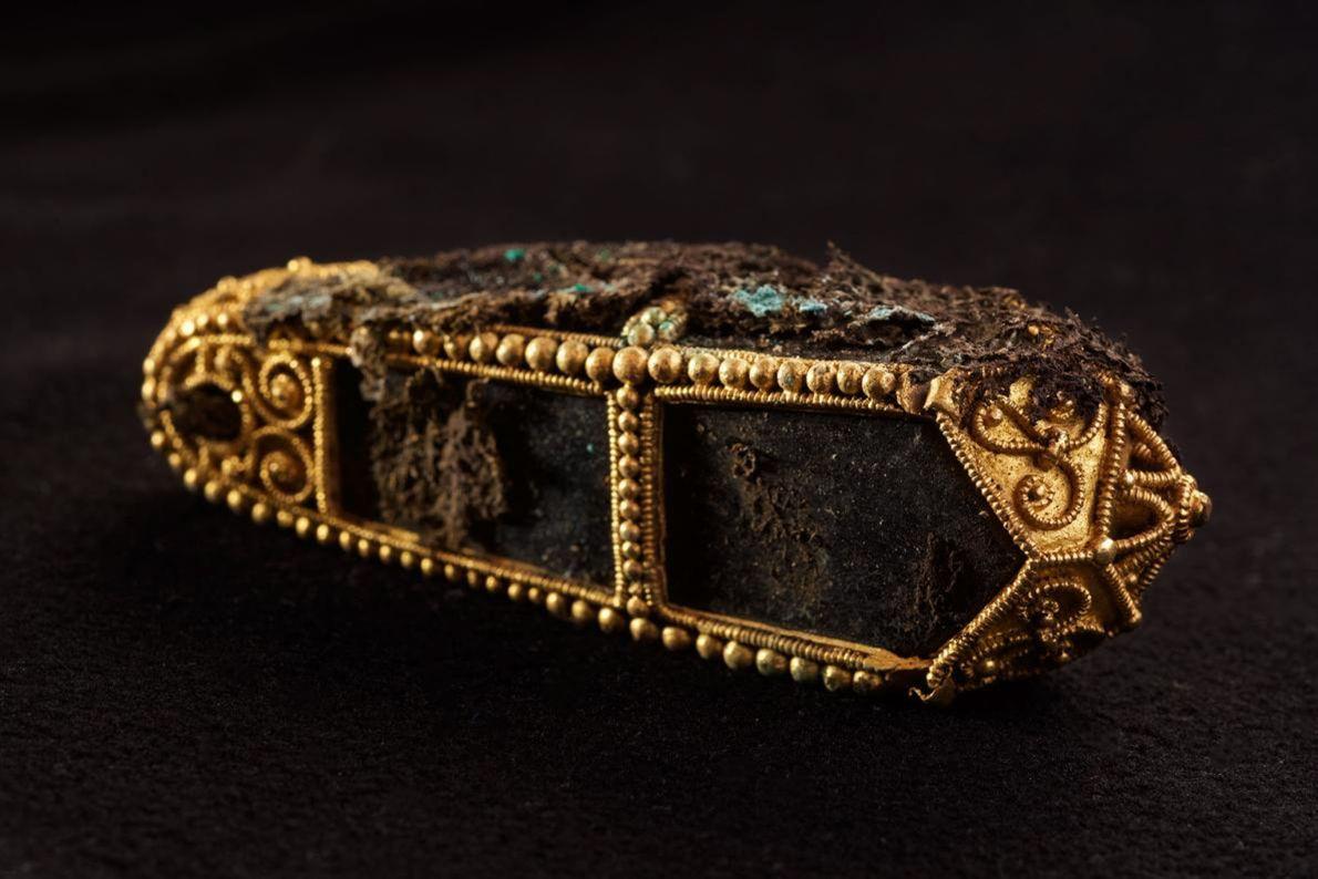Encore enveloppée dans un tissu de protection, ce pendentif en or aurait renfermé une relique d'un ...