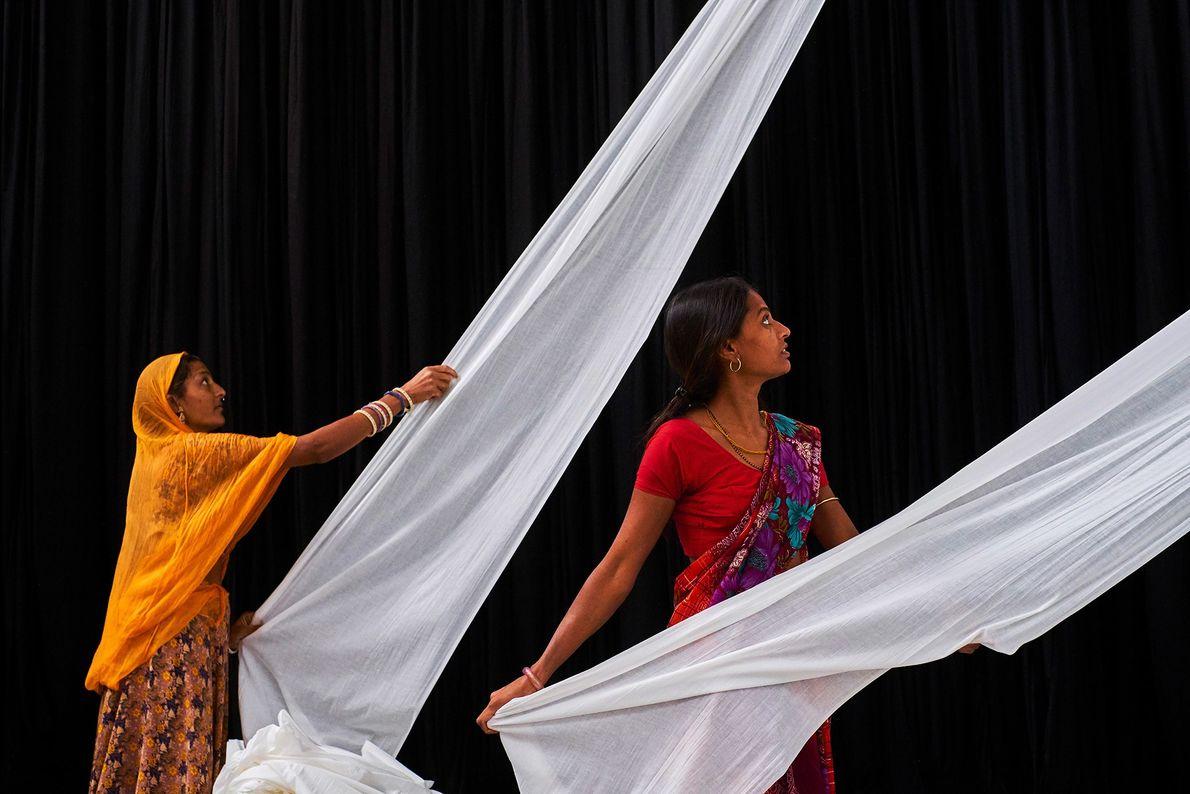 Des ouvrières d'une usine de saris, au Rajasthan, préparent du tissu uni pour la teinture.