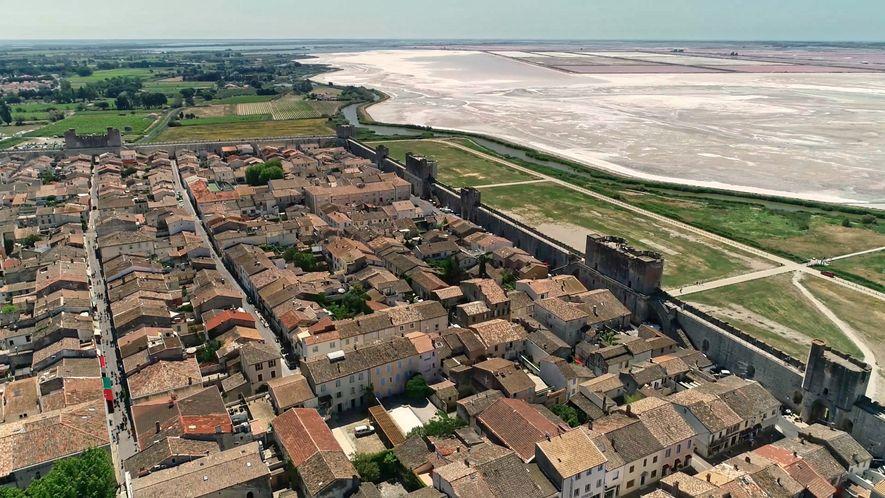 Aigues-Mortes, située dans la pointe sud du département du Gard, en région Occitanie, compte environ 8300 ...