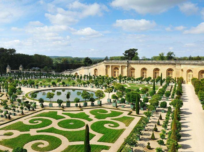 À l'épicentre du palais versailllais, l'orangerie s'est élevée en 40 longues années. Pour Louis XIV ces ...